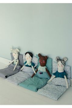 Slumber party / Mer Mag http://knuffelsalacarteblog.blogspot.nl/n my girl would love sleeping bags for her dolls ❤️