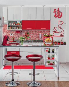Cozinha branca com toques vermelho
