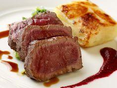 Filet am Hirsch mit Kartoffelauflauf und Rote-Bete-Soße - smarter - Zeit: 45 Min. | eatsmarter.de