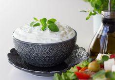 Grekisk sallad med tzatsiki - ZEINAS KITCHEN Lchf, Serving Bowls, Pudding, Tableware, Desserts, Food, Tailgate Desserts, Dinnerware, Deserts