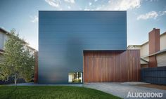 INTERSECTION OF A TIMBER FENCE - Project: Northcote Home, Northcote (VIC) | Australia - Architects: Modscape, Brooklyn (VIC) | Australia - Construction: Riveted | Screwed - Year of Construction: 2013 - Product: ALUCOBOND® Anthracite Grey - Photos: Modscape