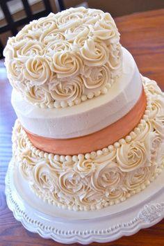 Pastel de Fondant en tono perla y coral. Los detalles de las perlas me cautivaron.