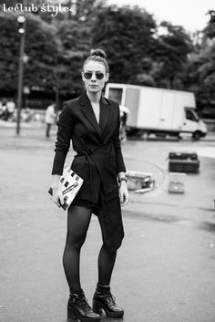 Womenswear Street Style by Ángel Robles. Fashion Photography from Paris Fashion Week. Total black outfit on the street, Pont Alexandre III, Paris.