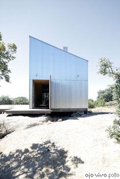 edificación modular ecoeficiente: ACABADA CASA GAROZA House Cladding, Facade House, Futuristic Architecture, Facade Architecture, Small Modern Cabin, Tin House, Casas Containers, Metal Siding, Container Architecture