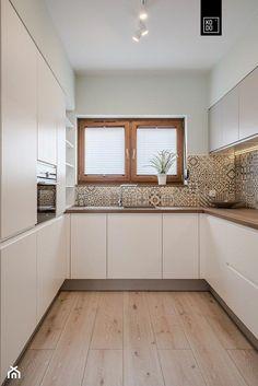 Modern kitchen – White N Black Kitchen Cabinets Kitchen Room Design, Best Kitchen Designs, Kitchen Cabinet Design, Home Decor Kitchen, Interior Design Kitchen, Kitchen Modern, Two Tone Kitchen Cabinets, Upper Cabinets, Kitchen Photos