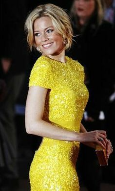 Elizabeth Banks bashes her first film Elizabeth Banks, Mary Elizabeth, Liz Banks, Vestidos Neon, Yellow Bridesmaids, Bridesmaid Dresses, Prom Dress, Yellow Dress, Beautiful Actresses