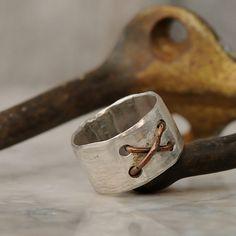 Mostrar su carisma y estilo con este anillo unisex de plata de ley divina. Puede ser usado por un hombre o una mujer y es un accesorio de moda que va a