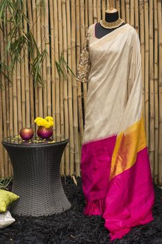 Understated in it's elegance, this off-white Gadhwal silk saree looks like it should be on a talk show set, being interviewed by a celebrity! With it's one-sided wide pink border, tiny temple motifs and an intriguing touch of orange in the pallu. This saree is sure to make you feel delicately radiant at any do. #houseofblouse #festive #saree #puresilk #blouse #indianwear #india #fashion #bollywood #checks #blackandwhite