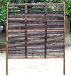 this bamboo fence gives me ideas. Bamboo Trellis, Bamboo Garden, Bamboo Fence, Fence With Lattice Top, Diy Design, Modern Design, Split Rail Fence, Easy Fence, Types Of Fences