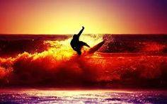 Resultado de imagen para hombres surfeando  en la playa