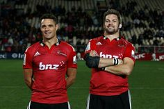 Richie Mccaw Photos - Dan Carter (L) and Richie McCaw (R) of the Crusaders pose after the round 13 Super Rugby match between the Crusaders and the Reds at AMI Stadium on May 2015 in Christchurch, New Zealand. - Super Rugby Rd 13 - Crusaders v Reds Richie Mccaw, Dan Carter, Super Rugby, All Blacks, Rugby Players, Crusaders, Polo Ralph Lauren, Poses, Mens Tops
