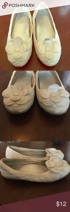 L'AMOUR cream flowed little girls shoes 13 This adorable shoes were only wore once and she outgrew them. Great condition with tony scuff on front as pictured. Cream in color with flower accent! L'amour Shoes Dress Shoes