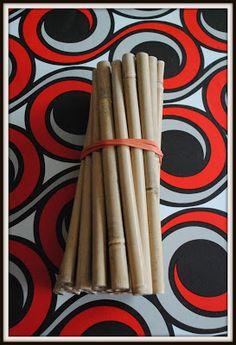 Mijn ritmestokjes zijn gemaakt uit Bamboe.Ze zijn ongeveer 25 cm lang. Aan de uiteinden van de stokjes heb ik met gekleurd plakband een kleurcode aangebracht. Zo kan ik de kleuters gemakkelijker in groepjes laten spelen.