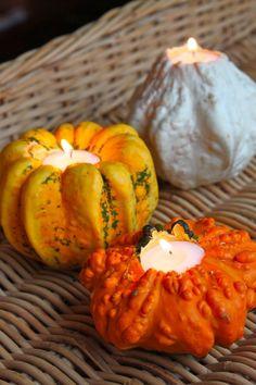 dekorative Mini-Kürbisse aushohlen und drinnen Kerzen platzieren