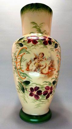 Antigo Vaso Francês em Opalina Com Desenhos Florais e Querubins Pintados à Mão. Cerca de 1890.