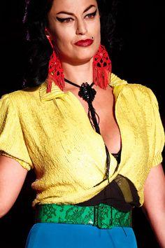 Spring 2012 Couture  Jean Paul Gaultier - bijoux par LAUCLEM (les jeunes créateurs Lauclem se sont distingués avec leurs bijoux en macramé. L'Italienne Alessandra Stabili propose des bijoux réalisés à partir de techniques de crochets traditionnel)