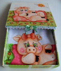 KIT COM UMA CAIXINHA  E UM PANO DE PRATO, AMBOS PINTADOS A MÃO. R$ 38,00 Pig Crafts, Crafts To Make, Arts And Crafts, Painting Lamp Shades, Fabric Painting, Cartoon Painting, Color Me Beautiful, Painting Inspiration, Cow