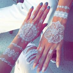 Henna tattoos are a beautiful and traditional way of doing temporary body art. Check out these 25 beautiful Henna tattoo designs to get you inspired! White Henna Tattoo, Henna Body Art, Mehndi Tattoo, Henna Art, Hand Henna, Henna Mandala, Mandala Tattoo, Cute Henna Tattoos, Feather Tattoos