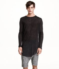 Long, knitted jumper in soft yarn with long sleeves and a gently rounded hem.