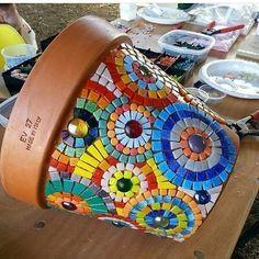 Jazz Up Your Backyard with this DIY Mosaic Table Mosaic Planters, Mosaic Garden Art, Mosaic Tile Art, Mosaic Vase, Mosaic Flower Pots, Mosaic Artwork, Mosaic Crafts, Mosaic Projects, Pebble Mosaic