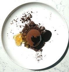 Oeuf vapeur son crumble cacao curry sa gelée de whisky Guillon et chocolat en sauce
