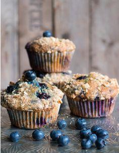 Genauso viel Sommer in einem Muffin, wie hineinpasst. Eine große Menge Blaubeeren, frische Joghurt und knackiges Nuss-Topping