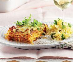 Ett fantastiskt recept på vegetarisk lasagne med kryddiga rotfrukter. Du gör lasagnen av bland annat keso, ost, lök, vitlök, rotselleri, vitt vin, kakao, oregano och honung. Smakrik och mättande!
