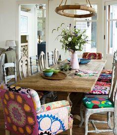 JANTAR COM CHARME | Crie sua própria mesa de jantar! Garimpe algumas cadeiras por aí e invista nos revestimentos com tecidos diferentes. #inspiracao #decoracao #mesadejantar #ficaadica #SpenglerDecor
