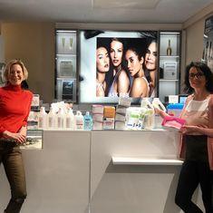 Bei Kosmetik Bellezza arbeiten wir schon immer nach höchsten Hygienestandards und mit professionellen Materialien. Da unser Institut die kommenden Wochen geschlossen bleibt und andere unsere Schutzmasken 😷 , Handschuhe 🧤 und Desinfektionsmittel dringend gebrauchen können haben wir uns entschlossen, unseren Bestand zu spenden. Gerne haben wir unsere Produkte Frau Dr. Petra Stute von der Universitätsklinik 🏥 für Frauenheilkunde übergeben. Wir sind sicher, das dort damit viel Gutes bewirkt… Petra, Protective Mask, Make A Donation, Gloves, Masks, Products, Woman