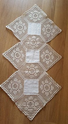 Hardanger Table Mats with Red Roses - Table Runner with White Roses Thread Crochet, Filet Crochet, Hand Crochet, Crochet Lace, Lace Doilies, Crochet Doilies, Crochet Flowers, Crochet Table Runner, Crochet Tablecloth