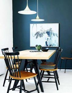 Tafel met licht tafelblad met zwarte poten. Zwarte stoelen of lichte stoelen erbij?