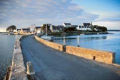 """îlot Saint Cado, Ria d'Etel - """"Golfe marin alimenté par plusieurs cours d'eau, la ria d'Etel forme avec le pittoresque îlot Saint-Cado un des plus beaux sites de la région. Entre Lorient et Vannes, parcs ostréicoles, presqu'îles et marais offrent, dans cette mer intérieure de 22 km2 une carte postale d'une beauté insolite."""""""