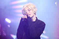 Blonde is definitely Maknae Sungjong's color!