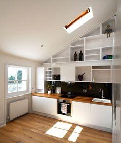 kleine Küche mit Dachschräge in weiß und kleiner runder Esstisch ...