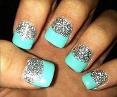 uñas azules  y metálicas