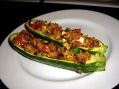 Recept online: Plněné zapečené cukety: Zapečené cukety plněné rajčaty, kapari , sýrem a čerstvou bazalkou
