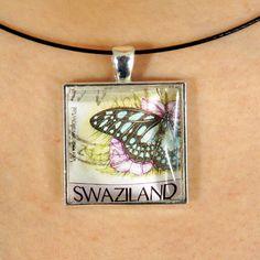 Magnifique pendentif fait avec un timbre-poste oblitéré par PetiteMeduse sur Etsy https://www.etsy.com/fr/listing/231105601/magnifique-pendentif-fait-avec-un-timbre