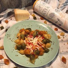 """Amor Em Castelo on Instagram: """"Segundo amor: massas! Conchiglie🍴Esta tem alho francês , uma boa mistura de pimentos e tomates , e claro... parmigiano !🍅🌶🧀 Qual a vossa…"""" Sprouts, Vegetables, Instagram, Garlic, Castle, Noodle, Second Love, Tomatoes, Vegetable Recipes"""