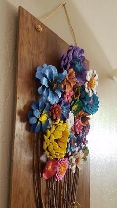 Painted pinecone flowers on reclaimed barn wood - Crafts Are Fun Pine Cone Art, Pine Cone Crafts, Pine Cone Flower Wreath, Pine Cone Wedding, Painted Pinecones, Pine Cone Christmas Tree, Pine Cone Decorations, Beautiful Bouquet Of Flowers, Diy Wreath