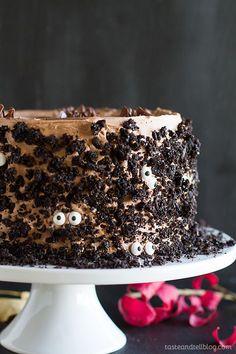 Halloween Desserts, Bolo Halloween, Halloween Cakes, Halloween Treats, Halloween Party, Easy Halloween, Halloween Chocolate Cake, Halloween Baking, Halloween Goodies