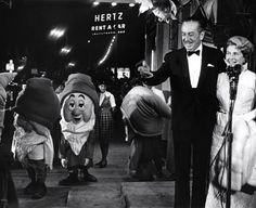 mary-poppins-premiere-1964-graumans. Walt Disney and P.L. Travers.