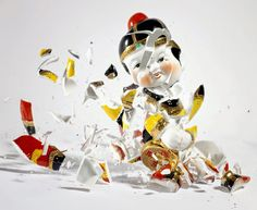 High Speed Photographer Martin Klimas Awesome photo series of falling porcelain statues by high speed photographer Martin Klimas.