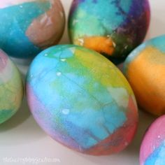 An easy DIY craft tutorial idea that teaches how to dye Easter Eggs with Bleeding Tissue Paper. Perfect for Easter Egg Hunts or the Easter Basket. Easter Egg Dye, Coloring Easter Eggs, Easter Crafts For Kids, Easter Food, Easter Table, Easter Egg Designs, Diy Easter Decorations, Pumkin Decoration, Easter Activities