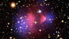 Je kunt het niet zien, het vliegt overal doorheen en het werkt als een soort lijm. Ra ra wat is het? Het klinkt als een raadsel en dat is het ook. Maar dan één, waarop niemand het antwoord weet. We hebben het over een stof die niemand ooit gezien heeft, maar waarvan velen denken dat hij bestaat: donkere materie. Donderdag 19 mei, 19:20 op NPO 2.