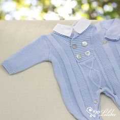 Saída de Maternidade Macacão Gola Virada e Trança Grande Azul Claro Knitted Baby Clothes, Crochet Bebe, Baby Born, Baby Boy Outfits, Kids And Parenting, Baby Knitting, Knitwear, Rompers, Sweaters