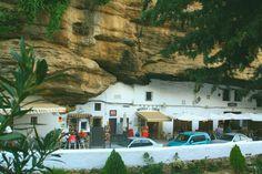 Bares y tiendas bajo la roca en Setenil de las Bodegas Andalusia Spain, Malaga, Mansions, House Styles, Spain Madrid, Andalusia, Wine Cellars, Bass, Tents