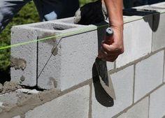 Siga estos pasos para construir una pared de bloques de concreto y asegúrese de consultarlos códigos de construcción en su área.