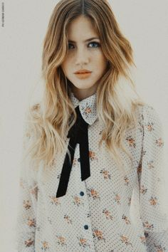 bow & blouse: she looks like drew barrymore ? Look Fashion, Fashion Beauty, Womens Fashion, Mode Style, Style Me, Estilo Street, Mode Pop, Moderne Outfits, Foto Portrait