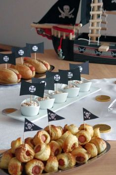 Winter-Piraten-Party-Geburtstagsfeier-Id… Winter pirate party birthday party ideas party Pirate Food, Pirate Kids, Pirate Theme, Pirate Birthday Cake, Peter Pan Party, 6th Birthday Parties, 24 Birthday, Birthday Ideas, Party Cakes