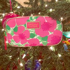 Lilly Pulitzer Makeup Bag Flower patterned Lilly Pulitzer makeup bag, NWOT, never used and no damage. This makeup bag would hold a good amount of makeup and is a super cute necessity. OFFERS WELCOME Lilly Pulitzer Bags Cosmetic Bags & Cases